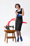 Junge Frau und alte Nähmaschine Lizenzfreie Stockfotos