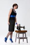 Junge Frau und alte Nähmaschine stockfoto