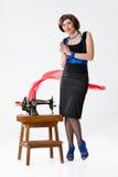 Junge Frau und alte Nähmaschine stockfotos