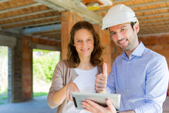 Junge Frau und Architekt auf Baustelle stockfotografie