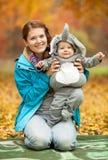 Junge Frau und Baby kleideten im Elefantkostüm an stockbilder