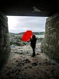 Junge Frau und ein roter Regenschirm Lizenzfreie Stockfotos