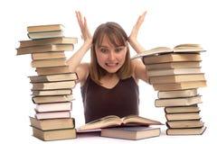 Junge Frau und ein Stapel der Bücher lizenzfreie stockfotografie