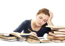 Junge Frau und ein Stapel der Bücher Stockfotos
