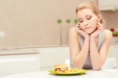 Junge Frau und Fastfoodmittagessen Lizenzfreie Stockbilder