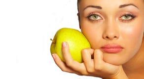 Junge Frau und grüner Apfel stockfotografie