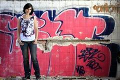 Junge Frau und Graffiti Stockfotos