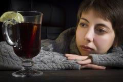 Junge Frau und heißes Cocktail Stockfotos
