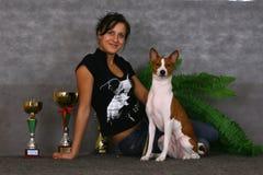 Junge Frau und Hund Stockfotos