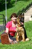 Junge Frau und Hund Stockfotografie