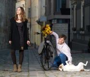 Junge Frau und ihr Hund überrascht bis zu ihrem Datum stockfotos