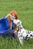 Junge Frau und ihr Hund lizenzfreie stockfotografie