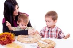 Junge Frau und kleine Jungen mit Einführung winden Stockbilder