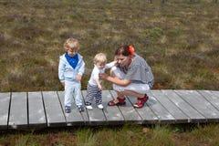 Junge Frau und Kleinkind zwei im Naturpark Lizenzfreies Stockfoto