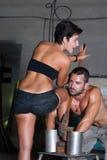 Junge Frau und Mann in der Fabrik Lizenzfreies Stockbild