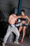 Junge Frau und Mann in der Fabrik lizenzfreies stockfoto
