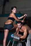 Junge Frau und Mann in der Fabrik Stockfotografie