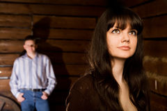 Junge Frau und Mann in der hölzernen Protokollhütte Stockbild