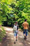 Junge Frau und Mann, die in den Wald geht Lizenzfreies Stockfoto