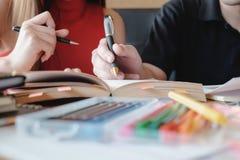 Junge Frau und Mann, die für einen Test oder eine Prüfung studiert Lizenzfreies Stockbild