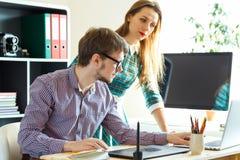 Junge Frau und Mann, die vom haus- modernen Geschäftskonzept arbeitet Stockbild