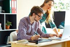 Junge Frau und Mann, die vom haus- modernen Geschäftskonzept arbeitet Lizenzfreies Stockfoto