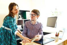 Junge Frau und Mann, die vom haus- modernen Geschäftskonzept arbeitet Stockfotos