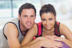 Junge Frau und Mann mit geerntetem Eignungsball an einer Turnhalle Stockbilder