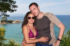 Junge Frau und Mann nahe der Küste Lizenzfreies Stockfoto
