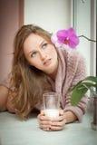 Junge Frau und Milch. Lizenzfreie Stockbilder