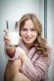 Junge Frau und Milch. Stockbild
