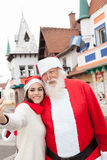 Junge Frau und Santa Claus Lizenzfreie Stockfotografie