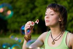 Junge Frau und Seifeluftblasen Lizenzfreie Stockfotografie