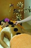Junge Frau und Stein-Massage Stockfoto