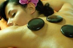Junge Frau und Stein-Massage Lizenzfreies Stockbild