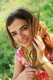 Junge Frau und wilde Blumen Lizenzfreies Stockfoto