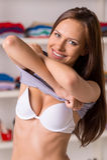 Junge Frau ungefähr, zum ihres Hemdes zu beseitigen Lizenzfreie Stockfotos