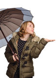 Junge Frau unter dem Regenschirm Stockfotos