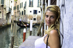 Junge Frau in Venedig Italien stockfoto