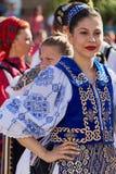 Junge Frau von Rumänien in traditionellem Kostüm 20 Stockbild