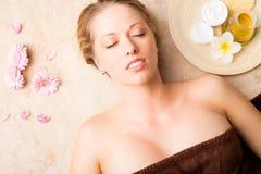 Junge Frau vor Behandlung am Badekurortstudio Stockbilder