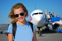 Junge Frau vor dem Flugzeug Stockfotos