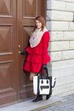 Junge Frau vor der alten Tür Stockfoto