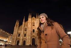 Junge Frau vor Duomo am Abend, der Abstand untersucht Lizenzfreie Stockbilder