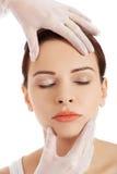 Junge Frau vor Schönheitschirurgie Lizenzfreie Stockbilder