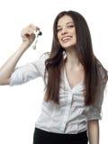 Junge Frau vor Spiegel im Verfassungsraum stockfotografie