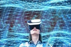 Junge Frau in VR-Gläsern lizenzfreie stockfotos