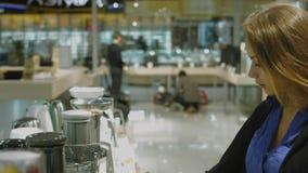 Junge Frau wählt den Juicer im Speicher stock footage