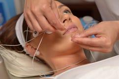 Junge Frau während der kosmetischen Behandlung Stockfotos