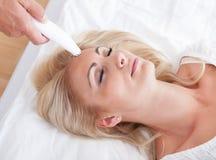 Junge Frau während der kosmetischen Behandlung Lizenzfreies Stockbild